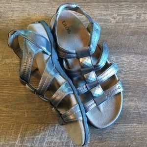 "Taos ""Cleopatra"" Sandals in match-all pewter! 9/40"